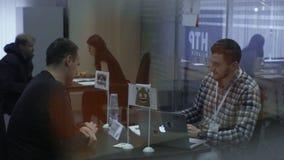 Los buscadores de trabajo hablan con los reclutadores durante el alquiler para el empleo en el parque de alta tecnología Minsk, B metrajes