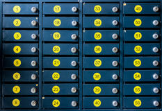 Los buzones numerados de la célula del metal y de los números amarillos Foto de archivo libre de regalías