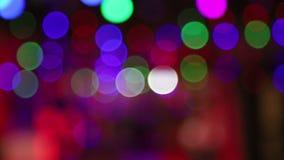 Los círculos coloreados del fondo alternativamente cambian color Color verde, rojo y púrpura, borroso, fondo de las luces del bok almacen de metraje de vídeo