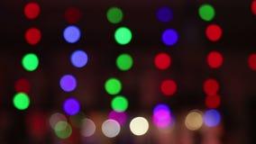 Los círculos coloreados del fondo alternativamente cambian color Color verde, rojo y púrpura, borroso, fondo de las luces del bok almacen de video