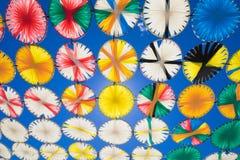 Los círculos multicolores de la sombrilla reman en el cielo azul horizontal imágenes de archivo libres de regalías