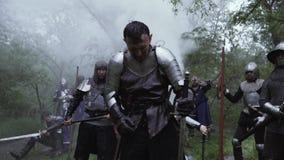 Los caballeros y los soldados est?n consiguiendo listos para la batalla en el bosque, edades medievales almacen de metraje de vídeo