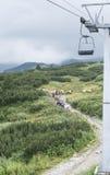 Los caballos cargados con equipaje suben la montaña Foto de archivo libre de regalías
