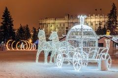Los caballos ligeros del LED con una composición de la decoración del carro en catedral del ` s del Año Nuevo ajustan la ciudad d Fotografía de archivo libre de regalías