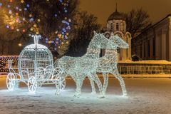 Los caballos ligeros del LED con una composición de la decoración del carro en catedral del ` s del Año Nuevo ajustan la ciudad d Foto de archivo libre de regalías