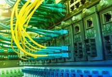 Los cables ópticos de fibra conectaron con accesos ópticos Imágenes de archivo libres de regalías