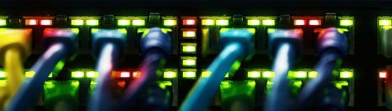Los cables de la red conectaron con un interruptor, bandera fotografía de archivo