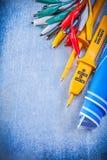 Los cables eléctricos amarillos del cocodrilo del probador fijaron modelos azules encendido Fotos de archivo libres de regalías
