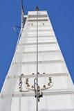 Los cables para arriba expiden la torre Foto de archivo libre de regalías