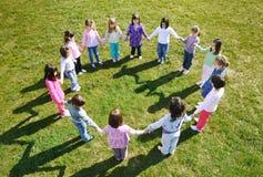 Los cabritos preescolares al aire libre se divierten Fotografía de archivo libre de regalías
