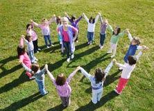 Los cabritos preescolares al aire libre se divierten Imagenes de archivo