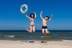Los cabritos que saltan en la playa Imagenes de archivo