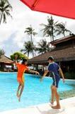 Los cabritos que saltan en piscina del centro turístico Fotografía de archivo libre de regalías