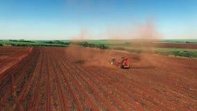 Los cacahuetes mecanizaron la cosecha en el sao Paulo Brazil - carro aéreo adentro del tractor que cosechaba el campo de los caca metrajes