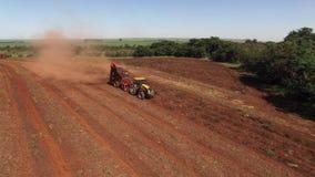 Los cacahuetes mecanizaron la cosecha en el sao Paulo Brazil - carro aéreo hacia fuera después del tractor que cosechaba el campo almacen de video