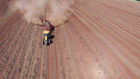 Los cacahuetes mecanizaron la cosecha en el sao Paulo Brazil - el craning aéreo del tractor que cosechaba el campo de los cacahue almacen de video