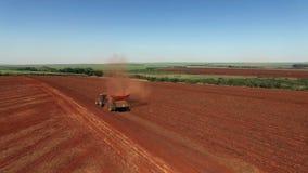 Los cacahuetes mecanizaron la cosecha en el sao Paulo Brazil - el viajar aéreo de la circular del tractor que cosechaba el campo  almacen de metraje de vídeo
