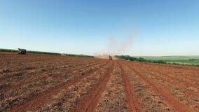 Los cacahuetes mecanizaron la cosecha en el sao Paulo Brazil - el viajar de la antena del tractor que cosechaba el campo de los c metrajes