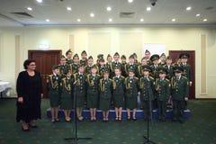 Los cadetes de la escuela militar se realizan en la Conferencia Internacional Foto de archivo libre de regalías