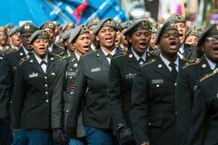 Los cadetes militares de la High School secundaria suenan apagado en el desfile del día de veteranos Fotografía de archivo libre de regalías