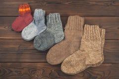 Los calcetines de diversos tamaños se arreglan en el orden creciente, el concepto de la familia, cuidados, calor, Año Nuevo, vaca imagenes de archivo