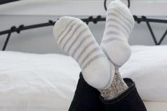 Los calcetines del adolescente con las piernas cruzaron el primer Imagen de archivo libre de regalías