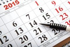 Los calendarios de pared con la pluma pusieron en la tabla Fotografía de archivo