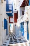 Los callejones blanqueados, estrechos en la isla de Mykonos Fotografía de archivo