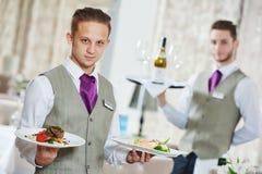 Los camareros proveen de personal en restaurante Fotos de archivo libres de regalías