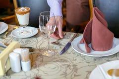 Los camareros sirven la tabla Foto de archivo libre de regalías