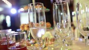 Los camareros son las copas de vino dispuestas, tabla de banquete en un restaurante, vidrios vacíos en la tabla de banquete, Año  metrajes