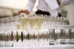 Los camareros vertieron el champán Imágenes de archivo libres de regalías