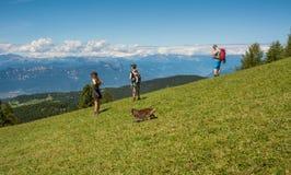 Los caminante que caminan admiran el paisaje de las montañas de la dolomía El Tyrol del sur, Italia foto de archivo libre de regalías