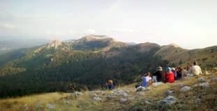 Los caminantes de la montaña fijaron en una cumbre para admirar el paisaje y el wildli Imágenes de archivo libres de regalías