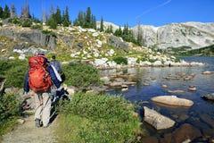 Los caminantes en un rastro en medicina arquean las montañas de Wyoming Imagen de archivo libre de regalías