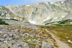 Los caminantes en un rastro en medicina arquean las montañas de Wyoming Fotografía de archivo libre de regalías