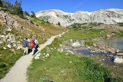 Los caminantes en un rastro en medicina arquean las montañas de Wyoming Imágenes de archivo libres de regalías