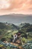 Los caminantes se juntan en el tiempo de la aventura de la montaña imagenes de archivo