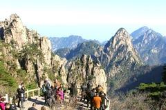 Los caminantes turísticos gozan de las montañas del amarillo de Huangshan, China Imagen de archivo