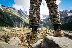 los caminantes van a lo largo de canto de la montaña Imagen de archivo libre de regalías