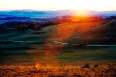 Los caminos en la puesta del sol del prado Fotografía de archivo