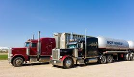 Los camiones del cargo parquearon en una zona de descanso en Canadá Imagen de archivo