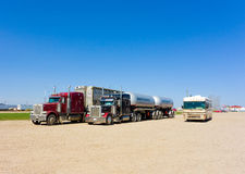 Los camiones del cargo y una autocaravana parquearon en una zona de descanso en Canadá Imágenes de archivo libres de regalías