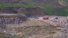 Los camiones están descargando la basura Contaminaci?n ambiental almacen de metraje de vídeo