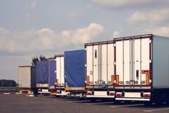 Los camiones modernos de diversos modelos están en fila en la parada de camiones imagen de archivo