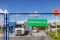 Los camiones pasan a través del punto de control del complejo de la logística con aduana Fotos de archivo