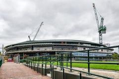 Los campeonatos de los tenis sobre hierba de Wimbledon numeran 1 tejado de la corte que es instalado fotos de archivo libres de regalías
