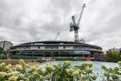 Los campeonatos de los tenis sobre hierba de Wimbledon numeran 1 tejado de la corte que es instalado imágenes de archivo libres de regalías