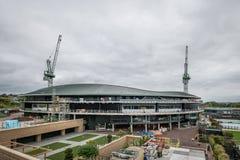 Los campeonatos de los tenis sobre hierba de Wimbledon numeran 1 tejado de la corte que es instalado imagenes de archivo