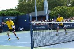 Los campeones Mike y Bob Bryan del Grand Slam durante los primeros dobles de la ronda hacen juego en el US Open 2013 Fotos de archivo libres de regalías